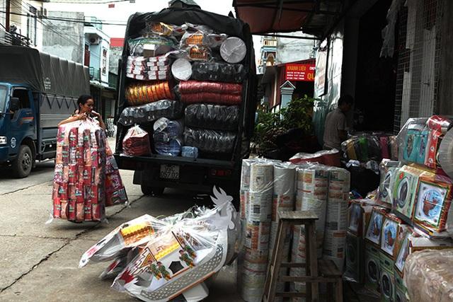 Hàng hóa từ các thôn đổ về phố Hồ tấp nập, chất đầy đường, trong nhà