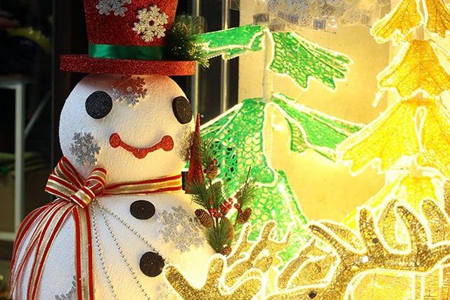 """""""Nặn"""" người tuyết, nghề độc lạ ở Thủ đô mùa Noel - 10"""