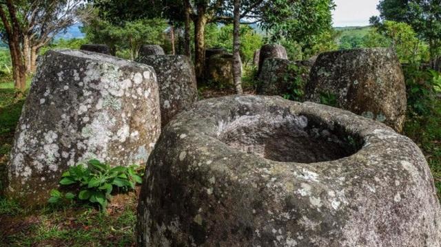 Mặc dù vậy, người dân địa phương có những giả thuyết khác về sự bí ẩn của cánh đồng chum. Phần lớn mọi người cho biết, chum đá được sử dụng để chưng cất rượu phục vụ cho lễ ăn mừng chiến thắng trước các kẻ thù.