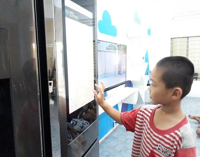 Hạnh phúc với cậu bé này là khi được tự tay viết những ước mơ, tâm sự lên Samsung Connect trên màn hình hiện đại của chiếc tủ lạnh.