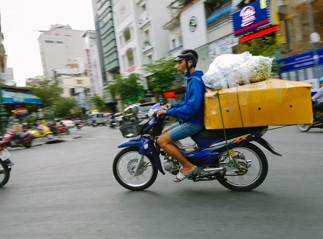 Với những người buôn gánh, bán bưng, Tết về trên những cuốc xe rong ruổi phố phường, theo những gói hàng đến mọi nẻo đường ở Sài Gòn. Ai ai cũng tranh thủ bán nốt những món hàng để kịp về nhà đón giao thừa cùng người thân và gia đình.