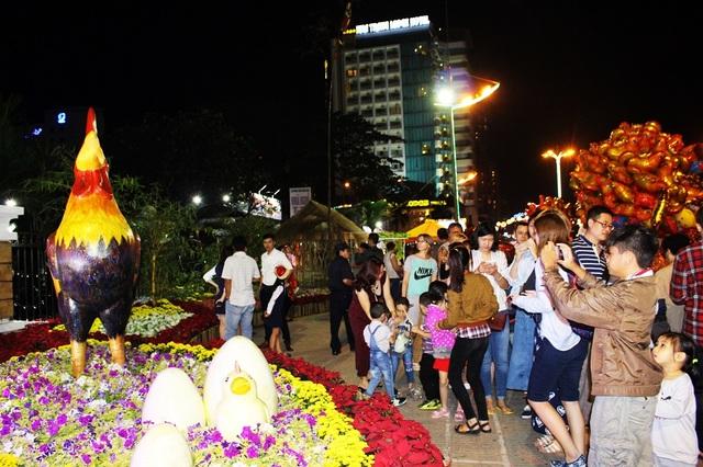 Một số điểm vui chơi trên đường Trần Phú có đông người tham quan- Ảnh: Viết Hảo