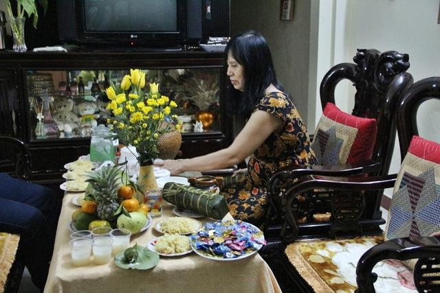 Ở các gia đình cũng đang tất bật chuẩn bị những khâu cuối cùng cho mâm cúng giao thừa