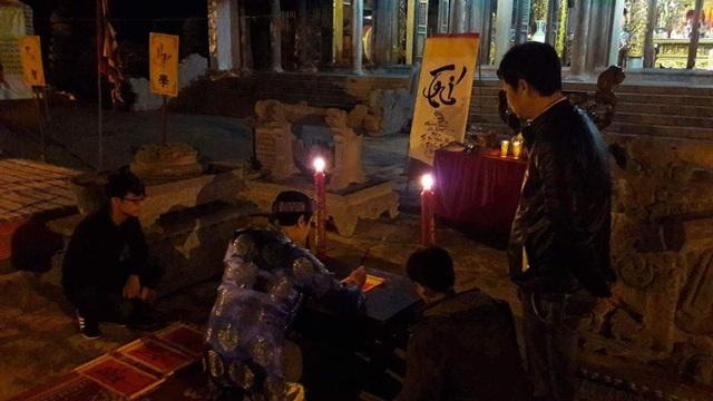 Tại đền Mạc rất nhiều các cháu nhỏ chọn thời khắc giao thừa để tới đền dâng hương khai bút, xin chữ.