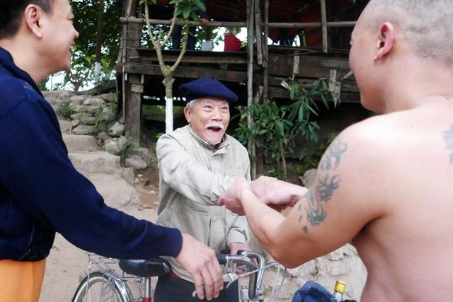 """Không chỉ ông Phúc, nơi đây còn là điểm tắm sông của hàng chục người khác ở Hà Nội, đủ mọi lứa tuổi, không hẹn mà gặp ở nơi thiên nhiên gần gũi. Trải qua thời gian dài cùng sinh hoạt, họ trở thành những người bạn thân thiết. Hôm nay là buổi bơi đặc biệt, vào đúng sáng mùng 1 Tết, nhưng hầu hết mọi người đều có mặt. Trong ảnh là cụ Diễm, ở phường Đồng Xuân (quận Hoàn Kiếm), năm nay đã 89 tuổi nhưng vẫn bơi sông đều đặn hàng ngày, hôm nay cũng ra bãi cùng các """"đồng môn"""" khai xuân."""