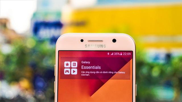 Nút home và các nút điều hướng cảm ứng cũng được Samsung làm tiệp màu Hồng rất sắc sảo và đẹp với mặt kính, tạo nên trải nghiệm tổng thể rất liền lạc. Nút điều hướng cảm ứng có đèn nền nhưng độ sáng rất dịu, thường dễ thấy khi trời tối và không hiển thị quá nhiều khi ngoài nắng sáng.