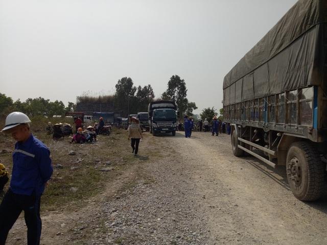 Hàng trăm người dân và công nhân của các công ty trong khu vực bị ảnh hưởng đã tập trung phản đối hành động cấm đường vô lý của Công ty Chinfon.