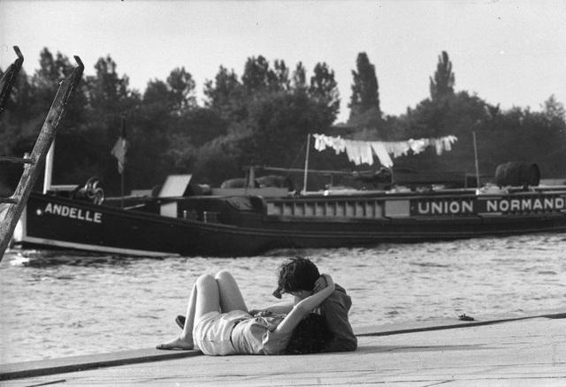 Lãng mạn những bức ảnh về nụ hôn dọc bờ sôngSeine - 3