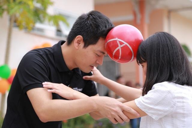Phan Anh cùng các em nhỏ tại mái ấm chơi chuyền bóng bằng đầu