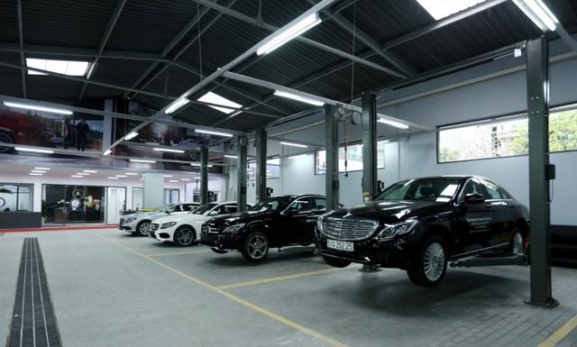 Xưởng dịch vụ gồm 17 trạm sửa chữa và đồng sơn được đầu tư trang thiết bị hiện đại theo tiêu chuẩn toàn cầu của Mercedes-Benz