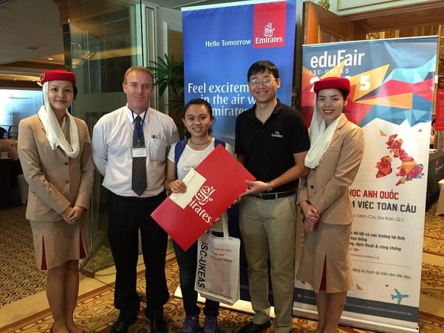 Học sinh bốc thăm được vé máy bay Emirates đi Anh Quốc tại eduFairUK