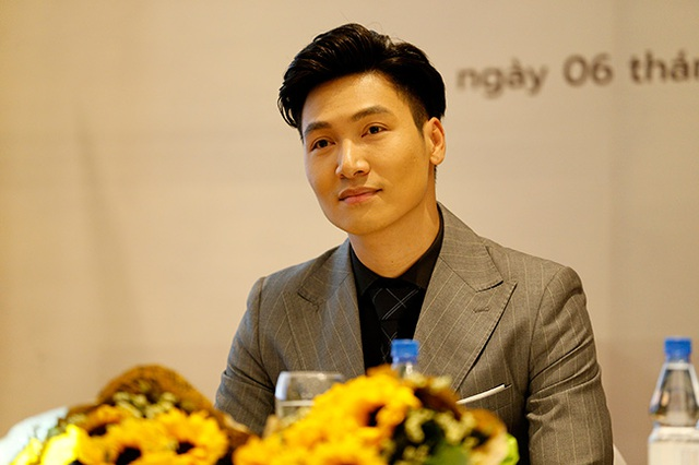 """Hình ảnh soái ca của Mạnh Trường trong buổi họp báo ra mắt bộ phim """"Nơi ẩn nấp bình yên""""."""
