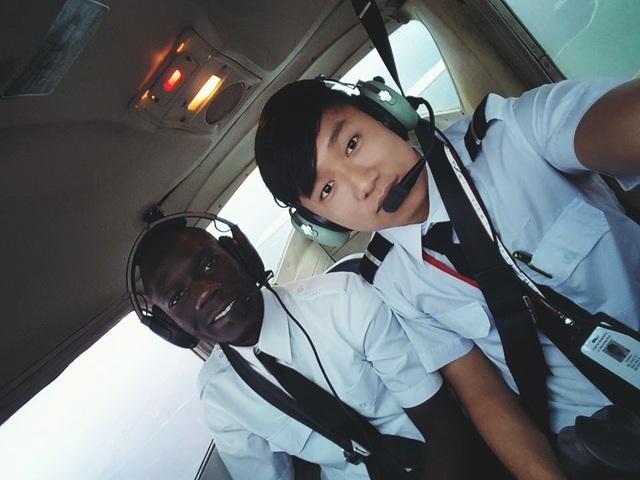 Cựu học sinh Trường Quốc tế Á Châu Lỗ Quốc Mỹ (phải) - đang học ngành đào tạo phi công tại Aviator College of Aeronautical Science & Technology, Hoa Kỳ.