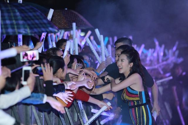 Đến lúc nữ ca sĩ Emily xuất hiện thì đột nhiên trời đổ mưa to. Tuy nhiên, thời tiết không làm chùn đi tinh thần cống hiến của các nghệ sĩ tham gia chương trình. Emily vẫn thể hiện tốt phần biểu diễn của mình và không ngại ngần bước xuống sân khấu để giao lưu cùng khán giả.