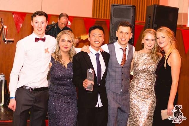 """Bạn Nguyễn Quang Long (đứng giữa cầm cúp) nhận giải thưởng """"Sinh viên của năm"""" tại Đại học Cork (UCC). Long hiện đang học Cử nhân Dược (MPharm), sau khi xuất sắc đạt HỌC BỔNG giá trị đến 35%"""