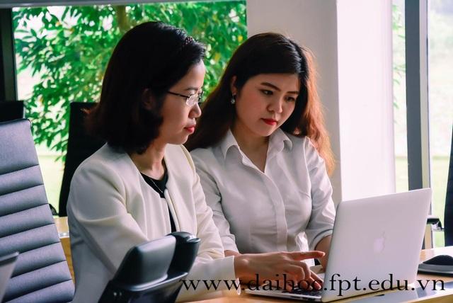 Ths. Vũ Thu Chinh (bên trái) - Trưởng phòng Tuyển sinh Đại học FPT.