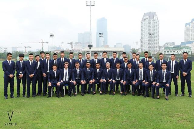 Nhưng khác với thông lệ, U20 Việt Nam sẽ có một diện mạo mới khi đồng loạt ăn diện lịch lãm xuất hiện tại sân bay nước bạn, nâng tầm hình ảnh ĐTQG ở sân chơi thế giới. Bàn tay đứng đằng sau sự lột xác về hình ảnh này đến từ thương hiệu thời trang Veneto, nhà tài trợ đồng phục vest cho đội tuyển U20 Việt Nam. Ngay khi xuất hiện trong các bộ vest tinh tế, các chàng trai U20 của chúng ta hoàn toàn gây ấn tượng bởi phong cách ăn mặc thường thấy của những đội bóng lớn trên thế giới như Real Madrid mỗi khi đi thi đấu nước ngoài.