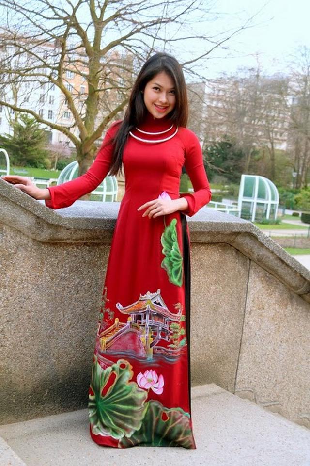 Hoa khôi 9X thường xuyên diện áo dài như một cách quảng bá vẻ đẹp phụ nữ Việt.