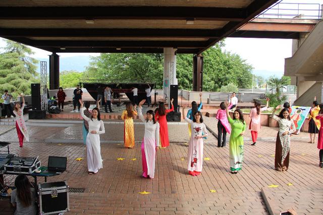 Bạn bè quốc tế hân hoan biểu diễn trong tà áo dài truyền thống Việt Nam
