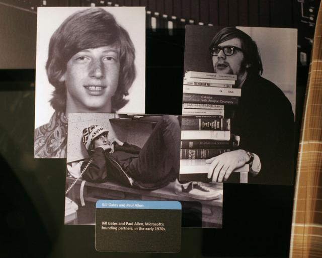 Hình ảnh của Bill Gates (trái) và Paul Allen - người sáng lập Microsoft vào đầu những năm 1970 được trưng bày tại Trung tâm Truy cập của Microsoft ở Redmond, Washington. (Ảnh: Getty Images)