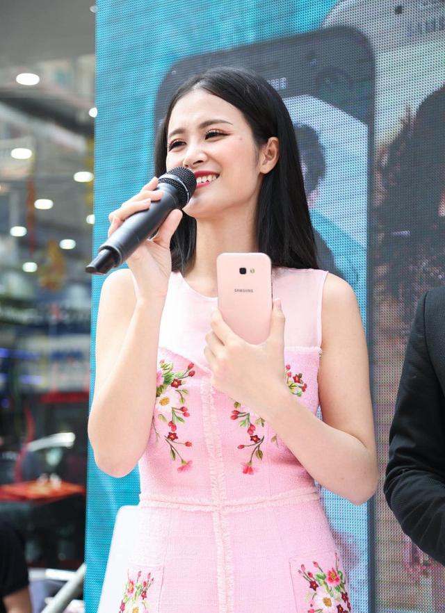 Galaxy A5 (2017) là bước tiến dài của Samsung, mang đến cho khách hàng thêm lựa chọn đắt giá ở nhóm smartphone 8 triệu đồng. Hãng chọn Đông Nhi là gương mặt đại diện của dòng điện thoại này.
