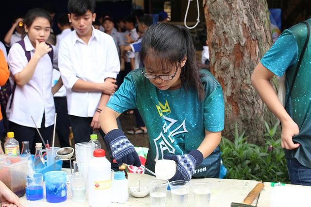 Trường THCS Giảng Võ gây chú ý trong ngày hội với những thí nghiệm hóa học độc đáo như tạo bọt khí, đốt cháy các chất…