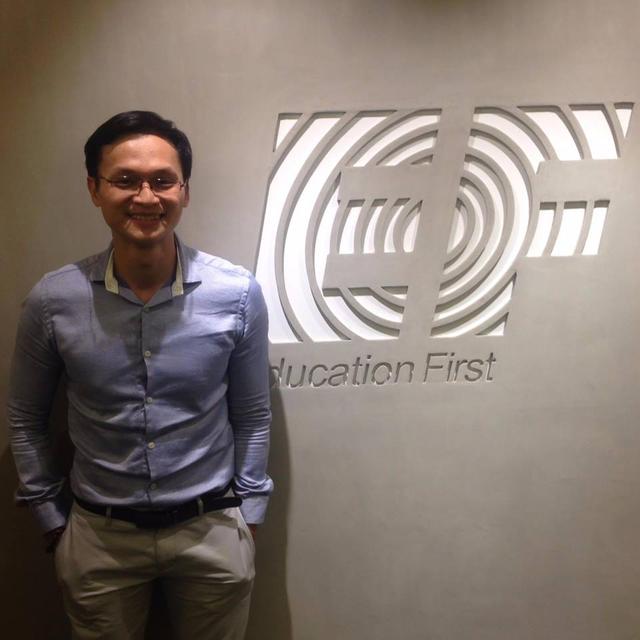 Ông Tăng Thanh Tuấn (ông Robert Tuấn), Thạc sỹ truyền thông Đại học NTU, Singapore- Giám đốc tuyển sinh Chương trình Dự bị Đại học, EF Việt Nam. Hơn 10 năm kinh nghiệm sống, học tập và làm việc tại 12 quốc gia như Úc, Mỹ, New Zealand, Singapore…