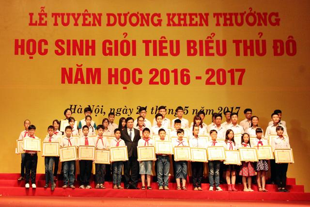 Giám đốc Sở GD&ĐT Hà Nội Nguyễn Hữu Độ trao bằng khen cho các học sinh tiêu biểu.