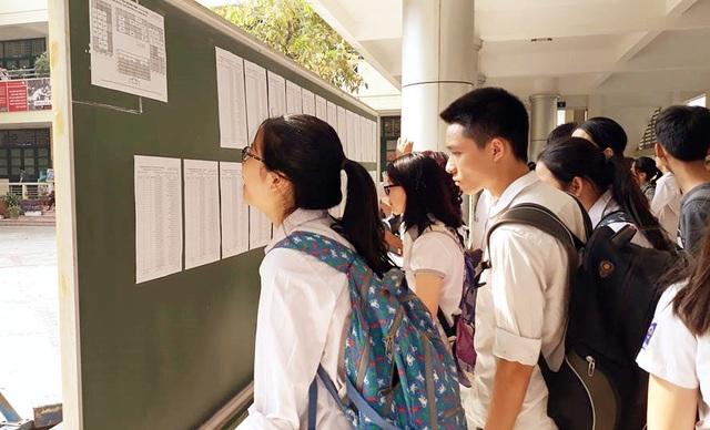 Các thí sinh xem danh sách phòng thi sáng 31/5.