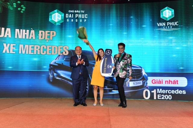 Ông Phạm Hồng Cầu – Tổng Giám Đốc Tập đoàn Đại Phúc chúc mừng và trao giải Mercedes E200 cho chị Trần Thị Nhung – vị khách hàng may mắn nhất của buổi lễ.