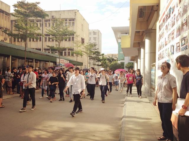 Chiều nay 1/6, hơn 5.000 thí sinh đã hoàn thành kỳ thi tuyển sinh vào khối 10 trường Chuyên ĐH Sư phạm Hà Nội.