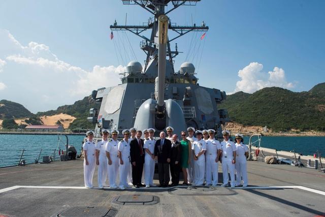 Các Thượng nghị sĩ John McCain III, Christopher Coons và John Barrasso đứng trước súng pháo hải quân Mark 45 5-inch chụp ảnh tập thể trong chuyến thăm tàu khu trục mang tên lửa dẫn đường lớp Arleigh Burke USS John S. McCain (DDG 56).