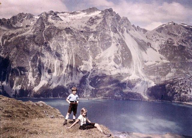 Anh và em bên ven núi, chụp năm 1925.