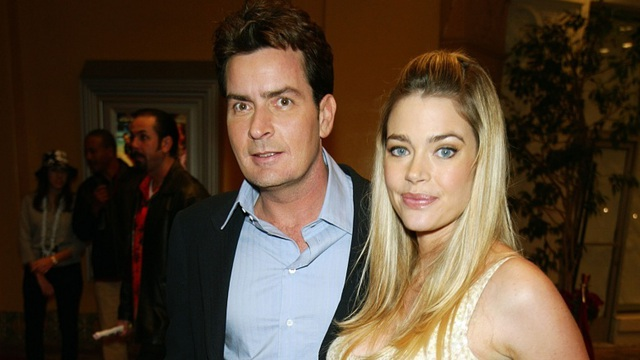 """Hồi năm 2003, Denise Richards và Charlie Sheen đã chia tay nhau khi nàng """"Bond girl"""" đang mang thai đứa con thứ hai, Lola. Tuy vậy, trong thời gian cả hai chung sống, Denise Richards thường xuyên bị Charlie Sheen bạo hành nên người đẹp này không hề hối hận về chuyện """"đường ai nấy đi""""."""
