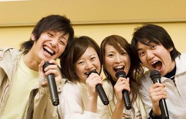 Hát karaoke là cách hữu hiệu để giải toả căng thẳng, sống vui vẻ hơn.