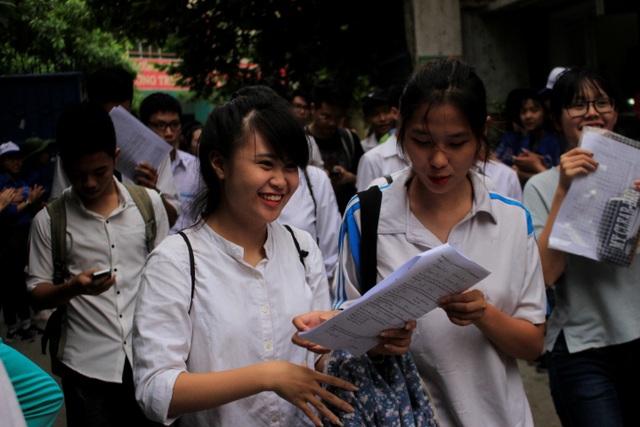 Sự vui vẻ thể hiện bằng nụ cười của thí sinh khi bước chân ra khỏi phòng thi. (Ảnh: Huyền Vũ)