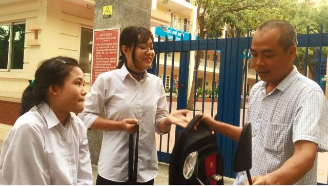 Bố Loan đưa con đến trường, còn Linh tự nguyện cõng bạn lên phòng thi.