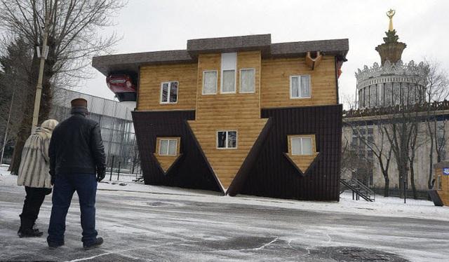 Mọi người chiêm ngưỡng ngôi nhà lộn ngược được trưng bày tại Trung tâm triển lãm toàn Nga ở thành phố Moscow.