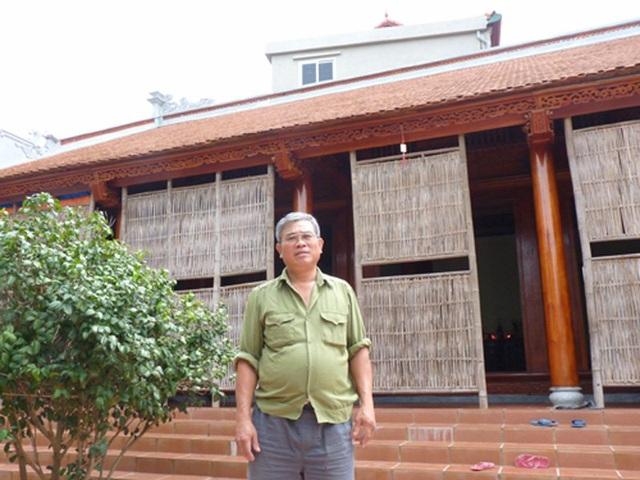 Ông Vũ Văn Tuấn trước căn nhà cổ.