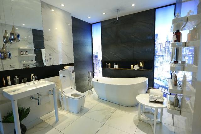 Đến người khó tính nhất cũng sẽ hài lòng với thiết kế phòng tắm tinh tế, hiện đại này.