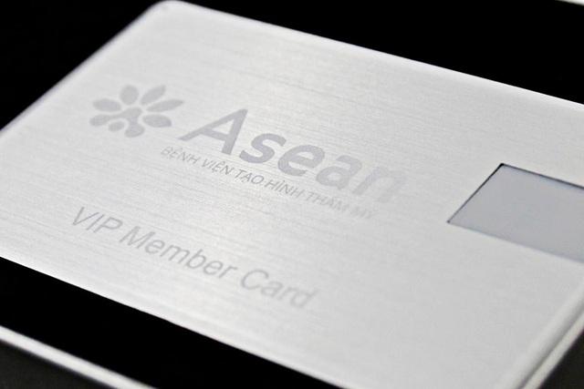 Thiệp mời được làm từ nguyên liệu cấu thành nên vỏ máy bay của Bệnh viện thẩm mỹ Asean