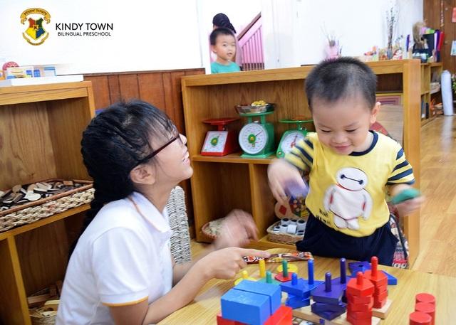 Trẻ cần được giao tiếp, quan tâm chăm sóc để phát triển tốt.