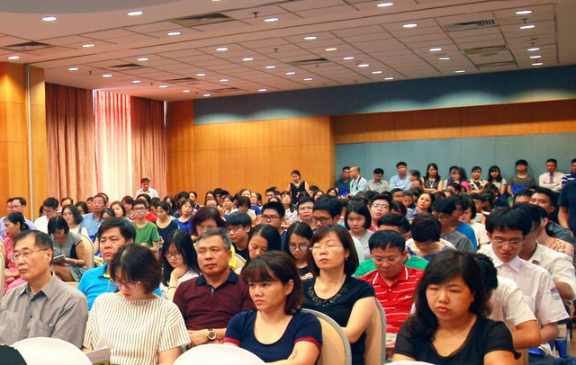 Đông đảo phụ huynh, học sinh tham dự buổi giao lưu.