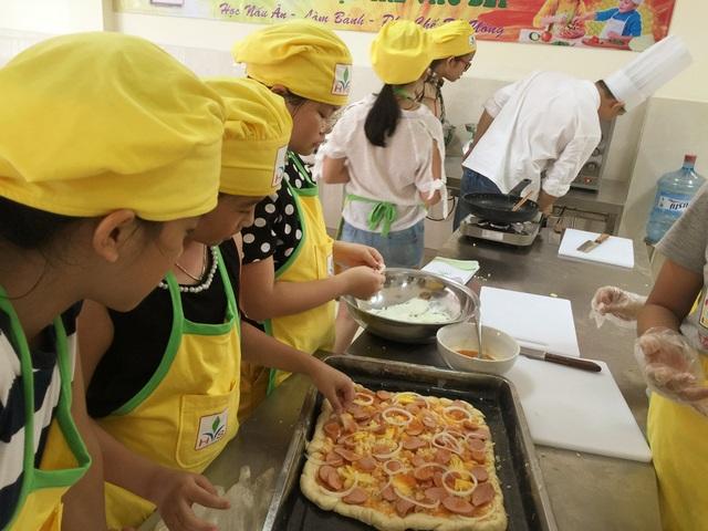Hoạt động rèn luyện kỹ năng nấu ăn giúp trẻ hình thành ý thức giúp bố mẹ làm việc nhà.