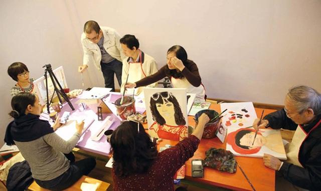 Học vẽ là một cách thư giãn tốt cho cả người trẻ và người lớn tuổi.