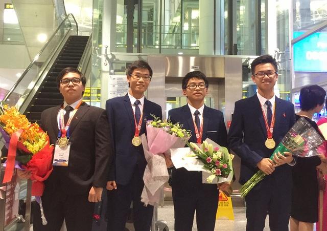 Lâm (ngoài cùng bên phải) là 1 trong 3 thí sinh đoạt HCV Olympic Hóa quốc tế 2017.