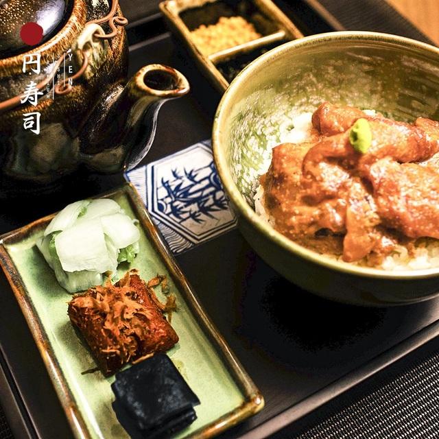 """Yen Sushi Premium là nhà hàng duy nhất tại Việt Nam phục vụ Ochazuke - cơm trà. Ocha là """"trà"""" còn zuke có nghĩa """"ngập"""", đại thể đây là món """"cơm ngập trong trà"""""""