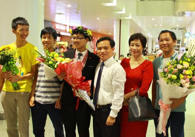 Đinh Anh Dũng trong vòng tay đón chào của thầy cô, bạn bè tại sân bay Nội Bài tối 24/7.
