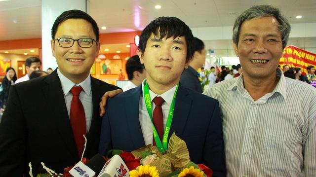 Từ trái qua phải: Thầy giáo Lê Anh Vinh (Trưởng đoàn IMO Việt Nam 2017), Quốc Huy và thầy Hiệu trưởng Lê Quốc Hùng.
