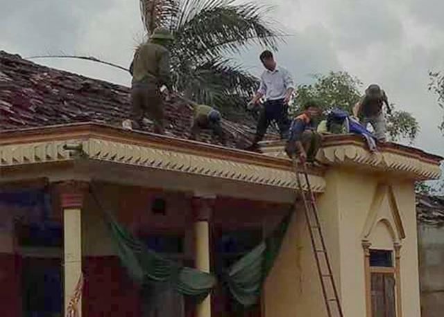 Chính quyền địa phương và người dân nhanh chóng khắc phục hậu quả sau khi cơn lốc đi qua.